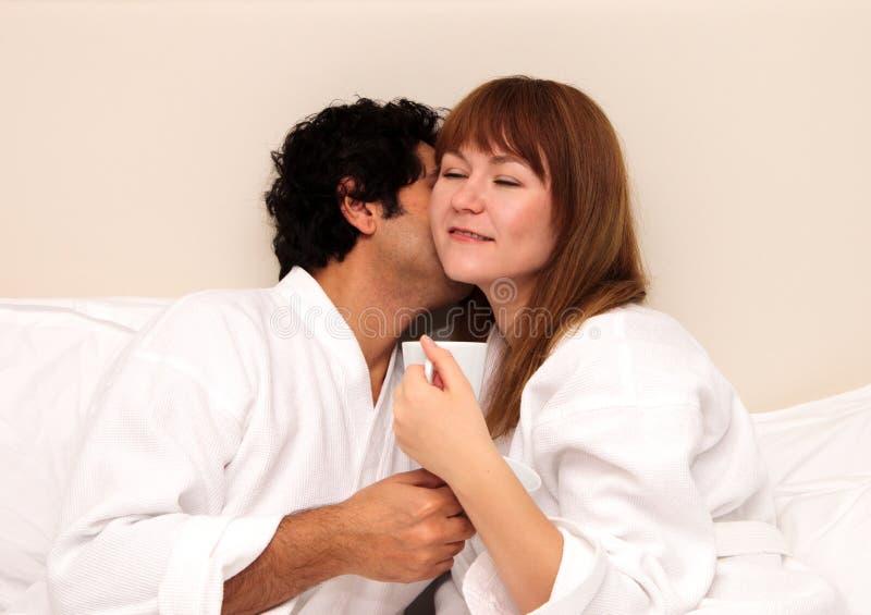 Liebevolle Paare, die Tee oder Kaffee trinken lizenzfreie stockfotos