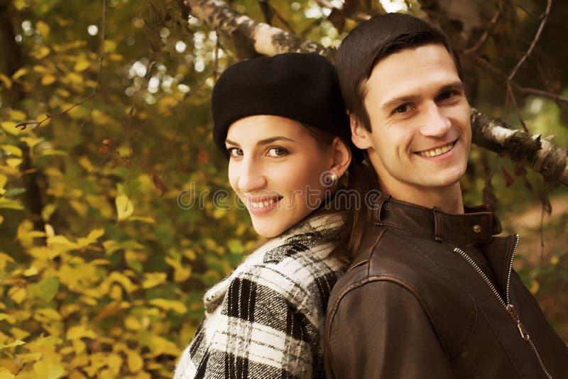 Liebevolle Paare in einem herbstlichen Park stockfotografie