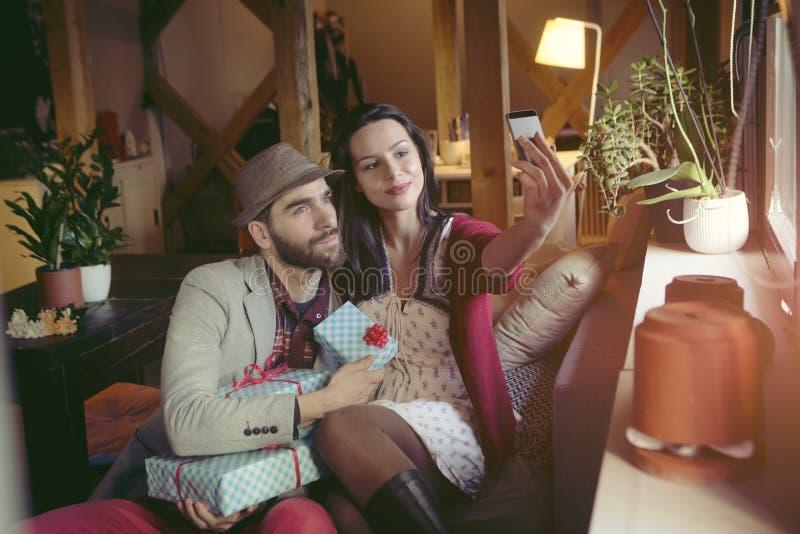 Liebevolle Paare im Dachboden lizenzfreies stockbild