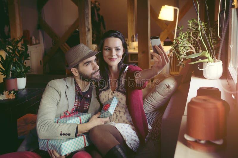 Liebevolle Paare im Dachboden lizenzfreie stockfotos