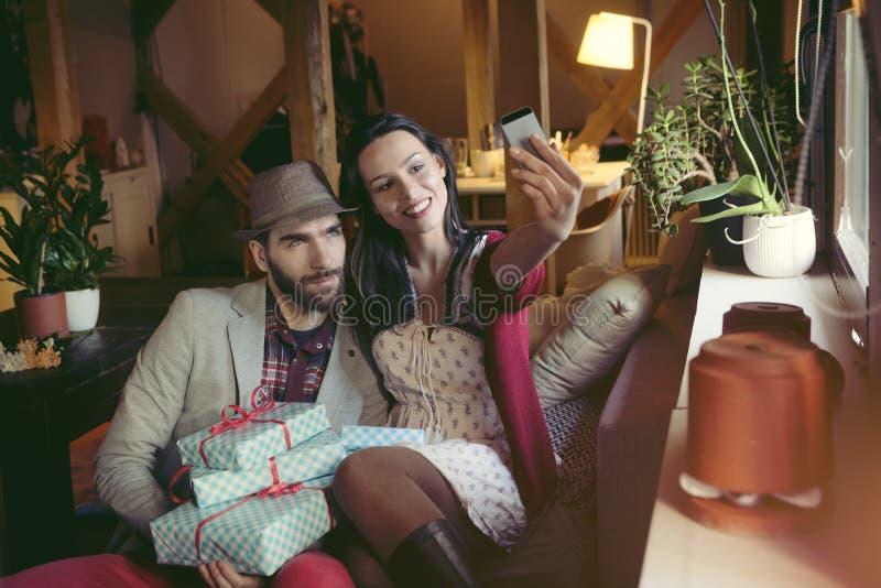 Liebevolle Paare im Dachboden stockfoto
