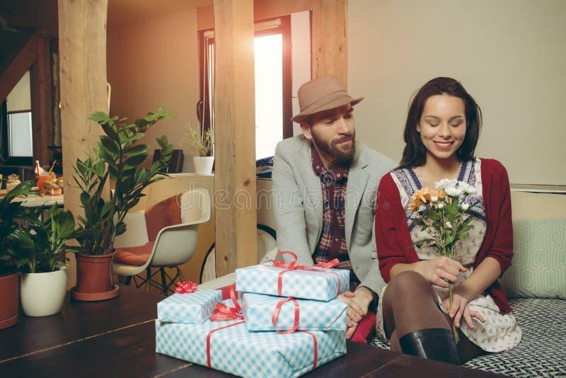 Liebevolle Paare im Dachboden stockbild