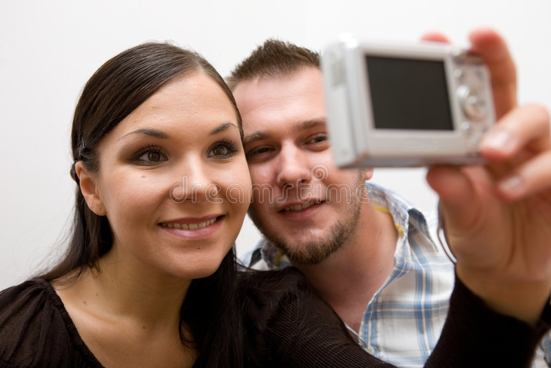 Liebevolle Paare mit Kamera stockfotos