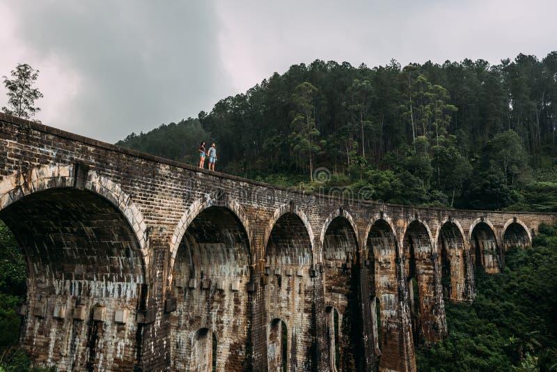 Liebevolle Paare am Rand der Brücke stockfotografie