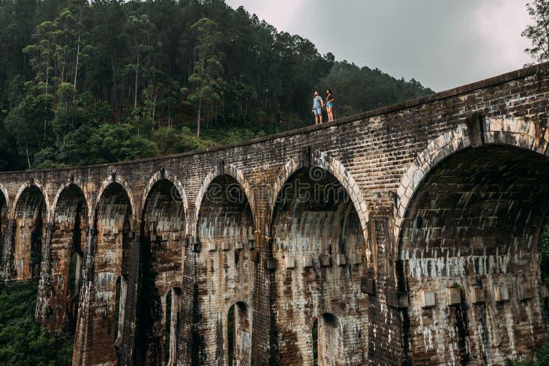 Liebevolle Paare am Rand der Br?cke Mann und Frau, die um Asien reisen Das Paar reist zu Sri Lanka Mann und Frau in stockbilder