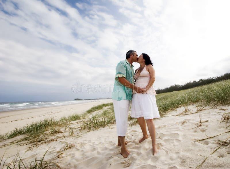 Liebevolle Paare am Strand stockfoto