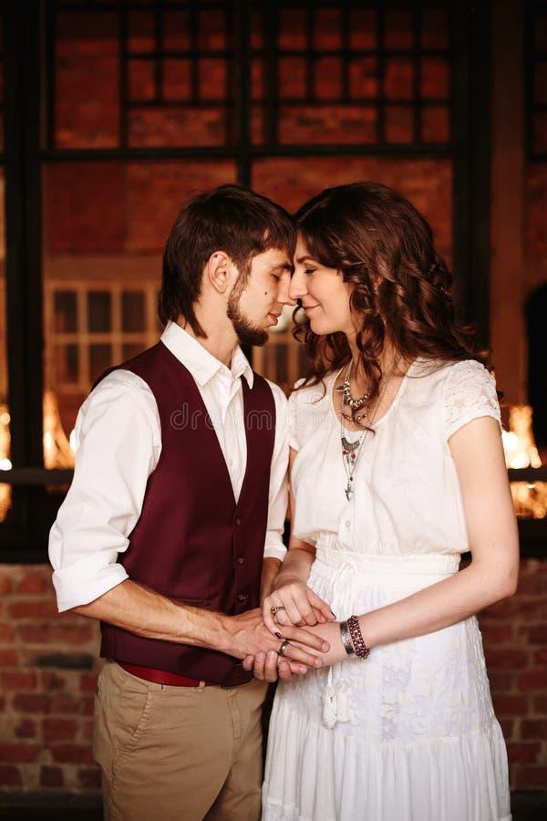 Liebevolle Paarnahaufnahme, warme Farben stockfotografie