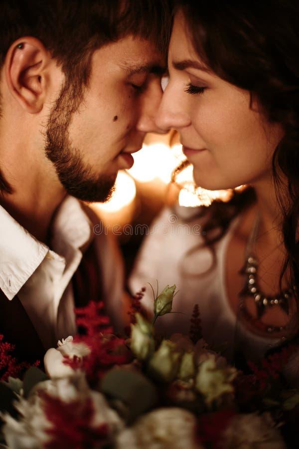 Liebevolle Paarporträtnahaufnahme stockfotografie