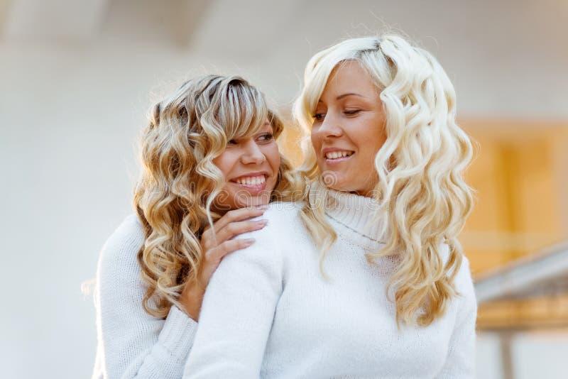 Liebevolle Schwestern und Freunde stockfoto