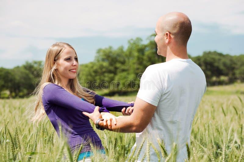 Liebevolle stattliche entspannende Paare lizenzfreie stockfotos