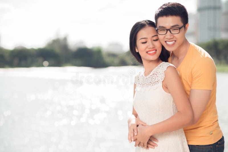 Liebevolle vietnamesische Paare lizenzfreies stockbild