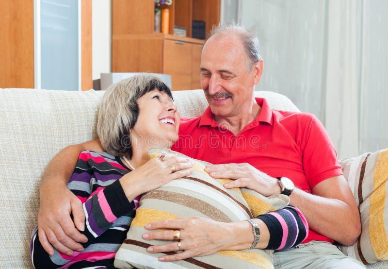 Liebevolle zufällige ältere Paare lizenzfreies stockfoto