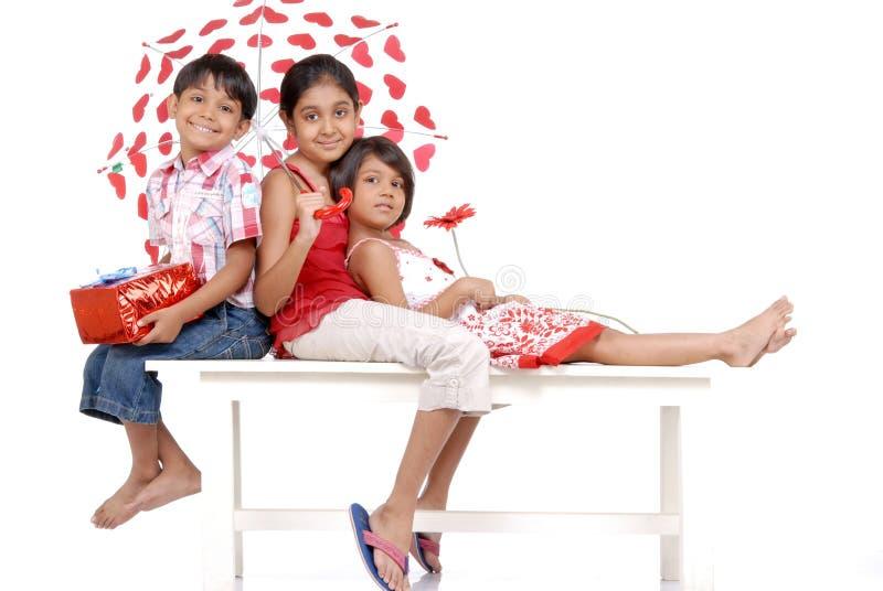 Liebevoller indischer Bruder und zwei Schwestern lizenzfreies stockbild