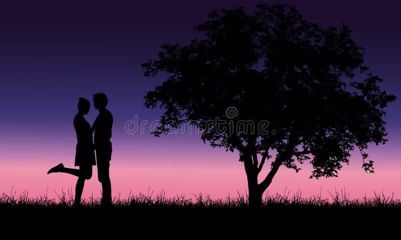 Liebevoller junger Mann und Frau, die auf Gras am Baum unter Rom umfasst stock abbildung