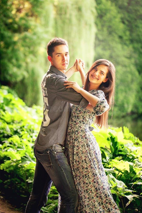 Liebevoller junger Mann- und Frauentanz stockfotos