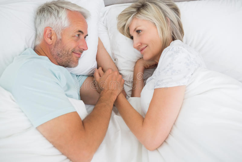 Reife Frau, die auf Bett liegt