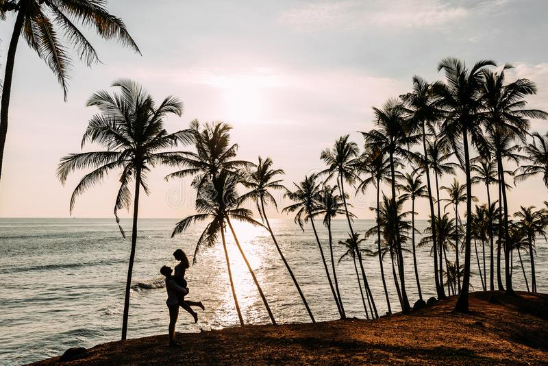Liebevolles Paar trifft Sonnenuntergang auf dem Meer stockbilder