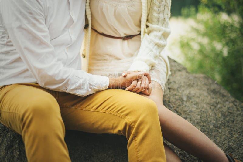 Liebevolles Paarhändchenhalten im Wald stockfoto