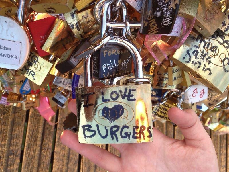 Liebhaber überbrücken in Paris eine andere Weise stockbilder