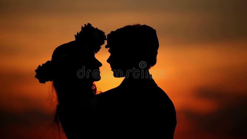 Liebhaber bei Sonnenuntergang stock video