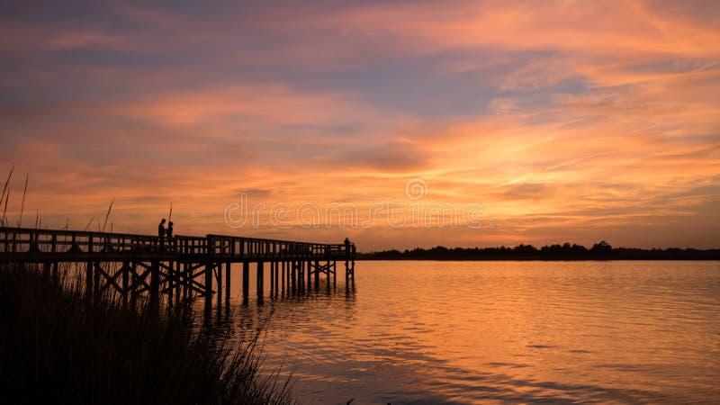 Liebhaber bei Sonnenuntergang stockfotografie