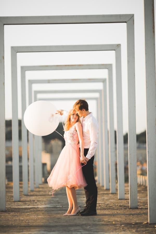 Liebhaber bemannen und die Frau, die sich draußen umfasst stockbilder