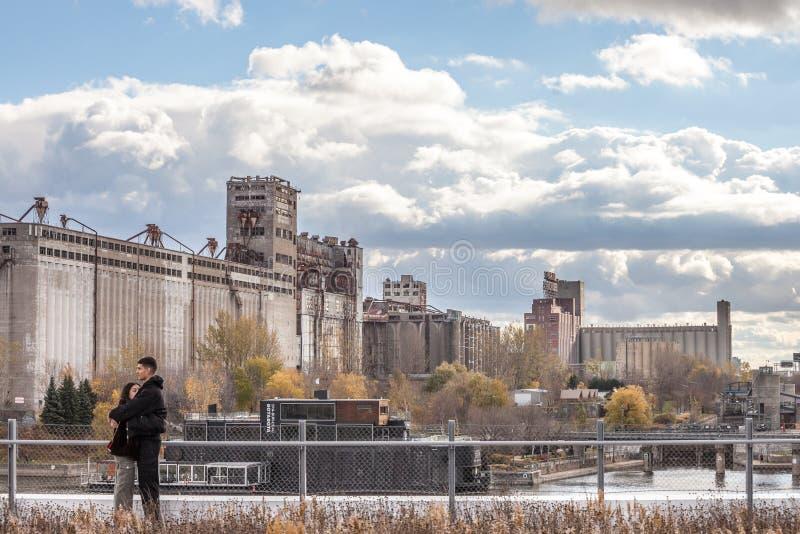 Liebhaber, die vor dem verfallenen und verlassenen complexe von Montreal-Mehlsilos und von Silo #5, ein Symbol der industriellen  lizenzfreie stockbilder