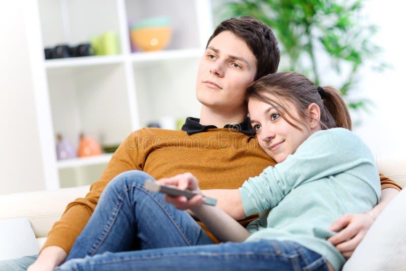 Liebhaber, die zu Hause im Wohnzimmer fernsehen stockfotos