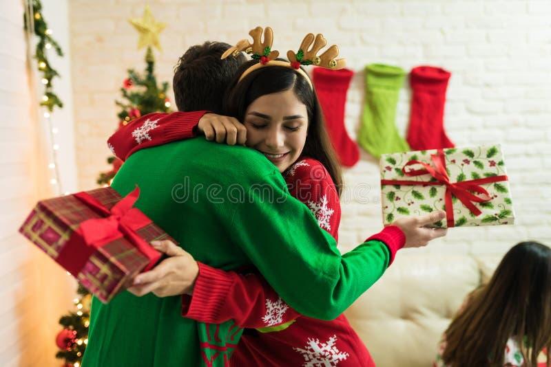 Liebhaber feiern mit Weihnachtsgeschenken zu Hause stockfotos