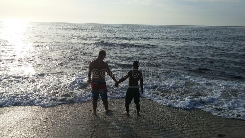 Liebhaber am Strand lizenzfreie stockfotos