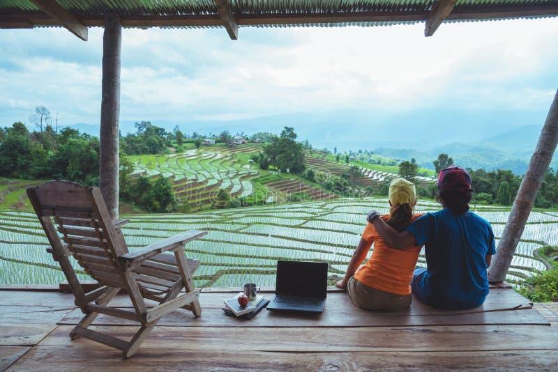 Liebhaberfrau und asiatische Reisenatur des Mannes Reise entspannen sich Der Balkon des Erholungsortes Ansicht des Feldes auf dem stockbilder