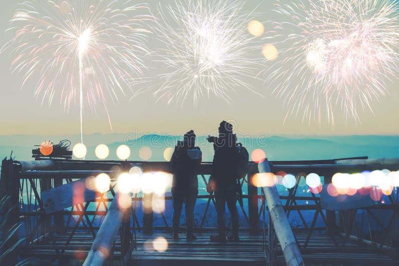 Liebhaberfrauen und Mannasiaten Stand passen die Feuerwerke auf Glücklich am Tag des Feier Neujahrs auf Berg in Thailand lizenzfreie stockbilder