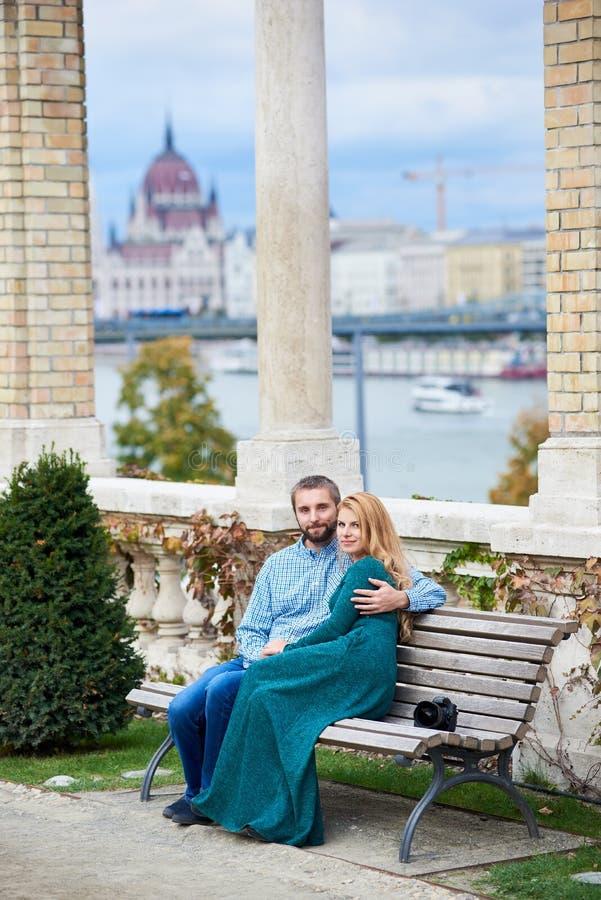 Download Liebhaberpaar Sitzt Auf Bank Nahe Den Spalten Von Budapest Stockbild - Bild von spalten, haar: 106803425