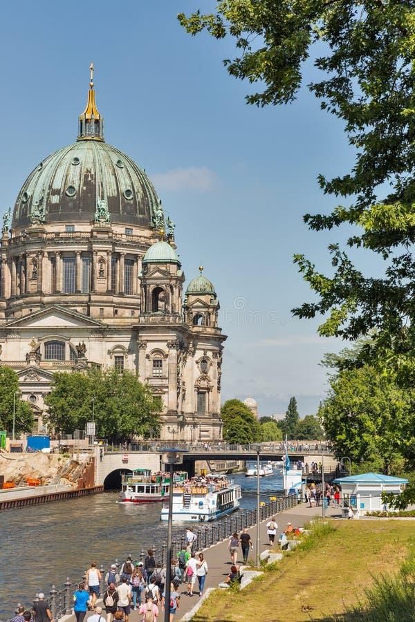 Liebknecht-Brücke vor Dom-Kathedrale von Berlin, Deutschland lizenzfreies stockfoto