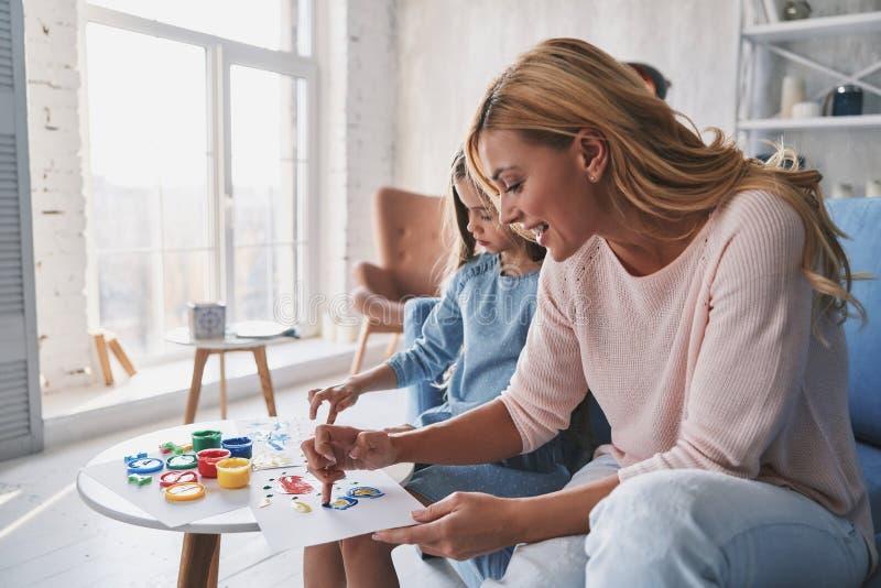 Lieblingstätigkeit Mutter- und Tochtermalerei mit den Fingern und lizenzfreie stockfotografie