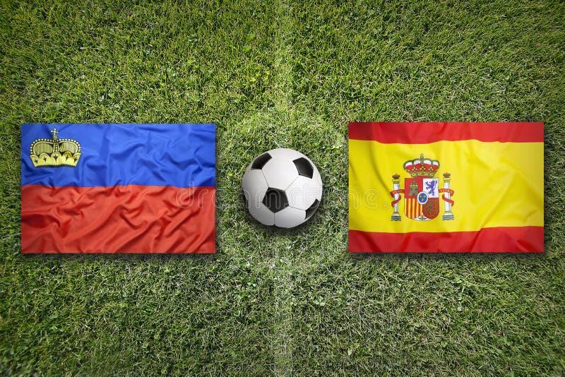 Liechtenstein versus De vlaggen van Spanje op voetbalgebied stock foto's