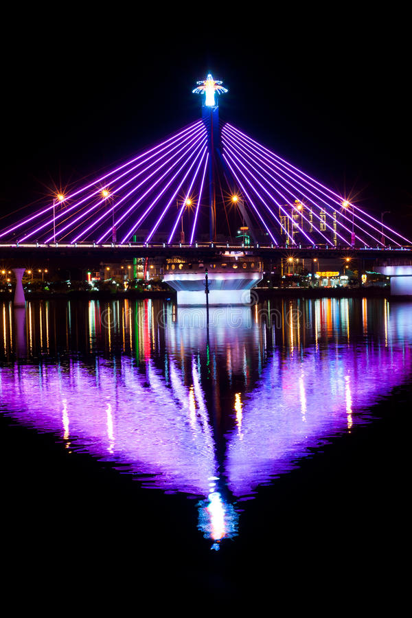 Liedhan-Brücke mit Reflexion im Wasser lizenzfreie stockfotos