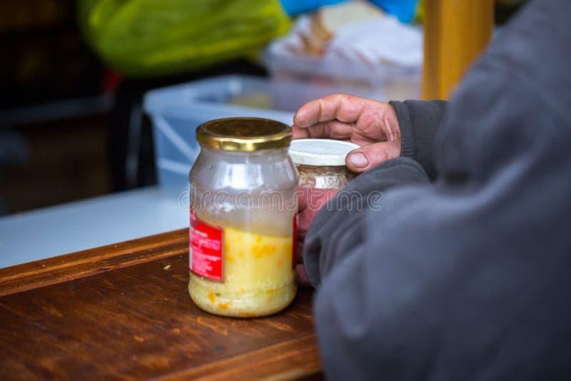 liefdadigheid De bestrijding van armoede De vrijwilligers deelden hete maaltijd aan mensen in behoefte uit Koude de winterdag in  stock foto's