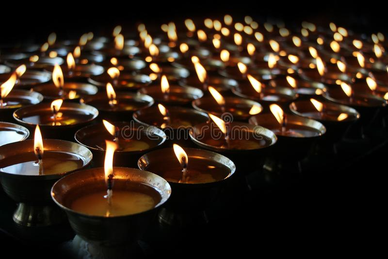 liefdadigheid Het bidden kaarsen in een klooster in Bhutan Samenvatting, kaarslicht
