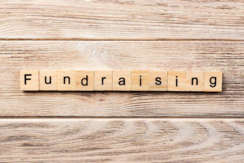 Liefdadigheidsinstellingswoord op houtsnede wordt geschreven die liefdadigheidsinstellingstekst op lijst, concept stock foto's