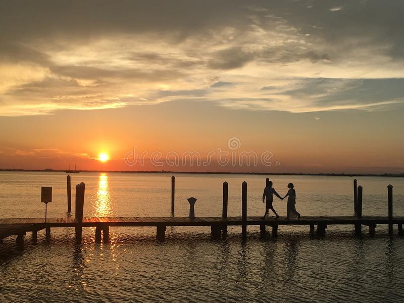 Liefde in de zonsondergang stock afbeeldingen