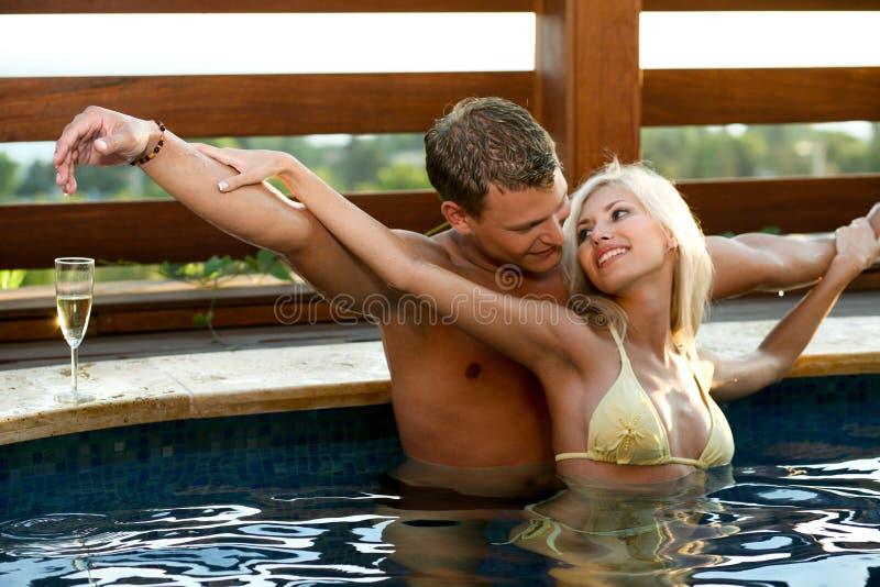 Liefde door de pool royalty-vrije stock foto's