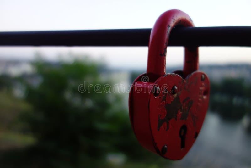 Liefde in een slot wordt verborgen dat stock fotografie