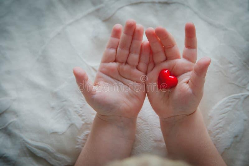 Liefde en Familie weinig hart van de babyholding in handen royalty-vrije stock foto
