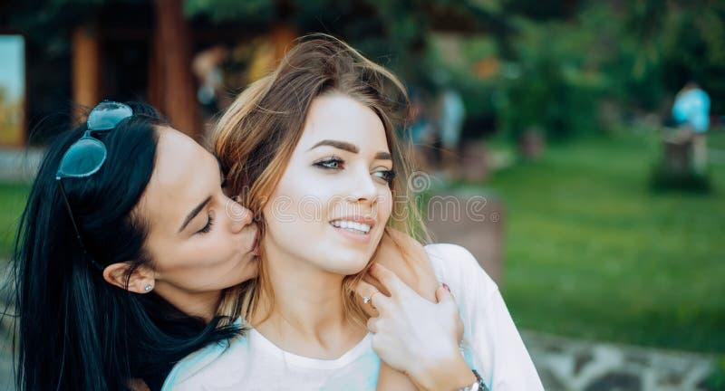 Liefde en Wens Lesbisch paar in liefde Lesbische vrouwen met sensuele blik Houdend van paar van het lesbische minnaars kussen royalty-vrije stock foto