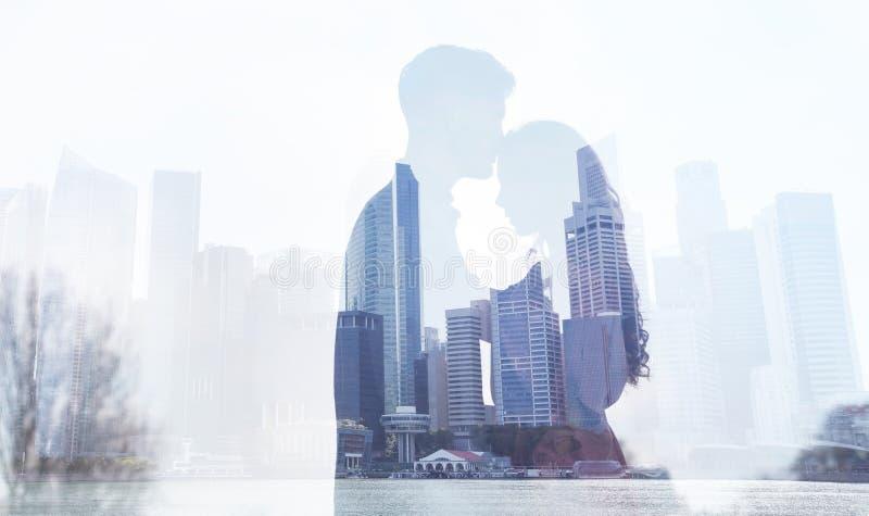 Liefde in grote stad, de dubbele blootstelling van het paarsilhouet stock afbeeldingen