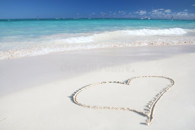 Liefde: Hart op het Strand van het Zand, Tropische Oceaan royalty-vrije stock afbeelding