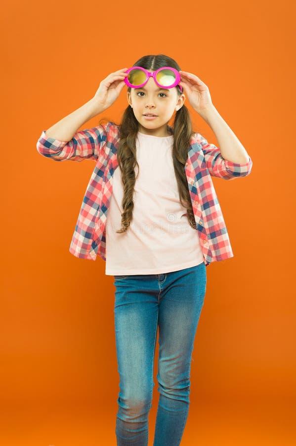 In liefde met haar toebehoren Aanbiddelijk meisje die oogtoebehoren met kleurenfilter dragen Klein jong geitje in buitensporige p stock afbeelding