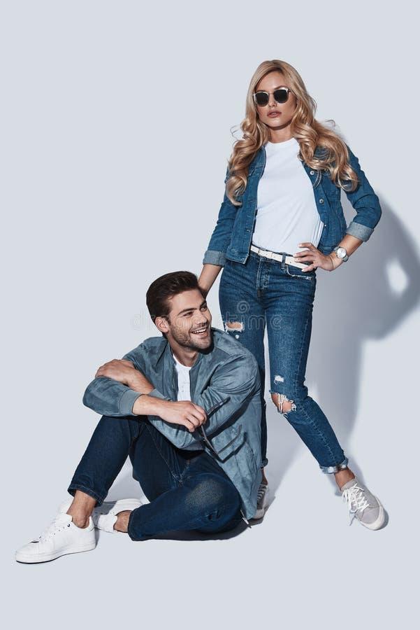 In liefde met jeansslijtage royalty-vrije stock fotografie