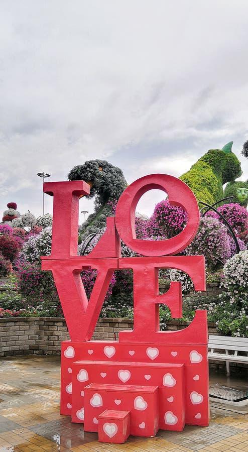 Liefde in Mirakeltuin in Doubai stock foto